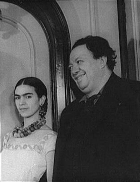 Frida junto a Diego Rivera (esposo) su bebe grande como solía llamarlo. (Dominio Público)