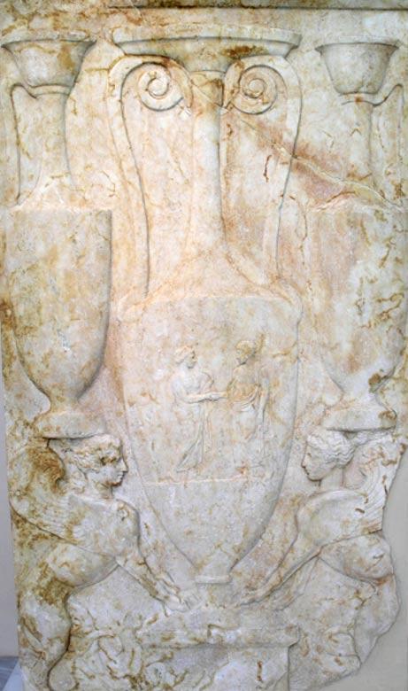 Estela funeraria del siglo V a. C. procedente del cementerio de Kerameikos con grifos y otras figuras (Foto: Marsyas/Wikimedia Commons)