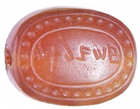 Esta gema, descubierta sobre el pecho de la mujer, está grabada con una inscripción en Arameo o Fenicio. (Foto del Instituto de Arqueología de Rusia)