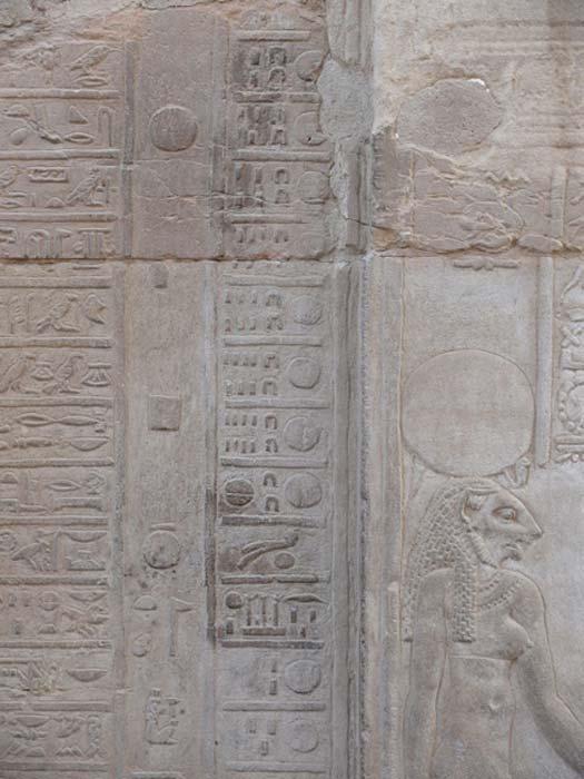 Una sección del calendario jeroglífico en el Templo de Kom Ombo, que muestra la transición del mes XII al mes I. (Ad Meskens / CC BY-SA 3.0)