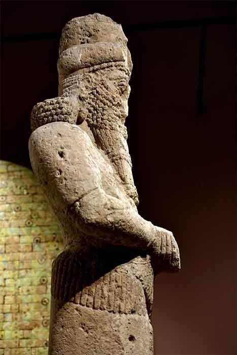 Una estatua gigante del dios Nabu se encontraba a la entrada del Templo de Nabu en Nimrud, Irak. Se puede ver hoy en el Museo de Irak en Bagdad en Irak. (Osama Shukir Muhammed Amin FRCP / CC BY-SA 4.0)