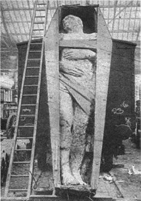 """""""Gigante irlandés fosilizado"""" en un depósito ferroviario de Londres, que apareció en la edición de diciembre de 1895 de la revista Strand. Tenía 12 pies 2 pulgadas (3.71 m) de alto, pesaba 2 toneladas y tenía 6 dedos en el pie derecho. (Dominio publico)"""