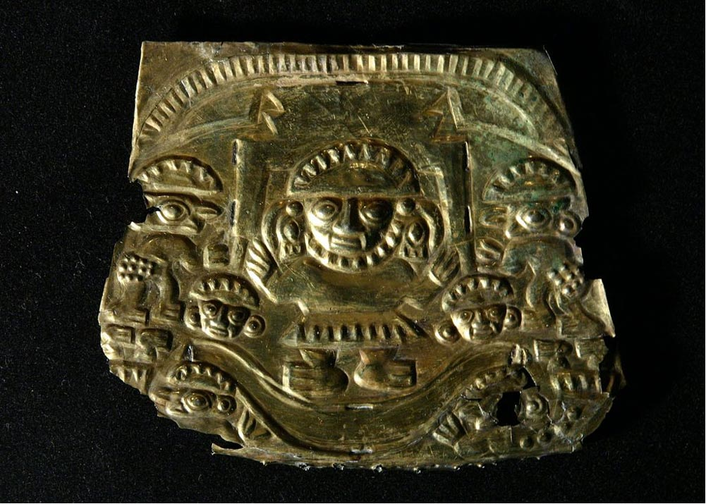 El dios Naymlapen en su barca, placa de oro de la cultura Chimú, 1000 d. C. – 1450 d. C. (CC BY 3.0)