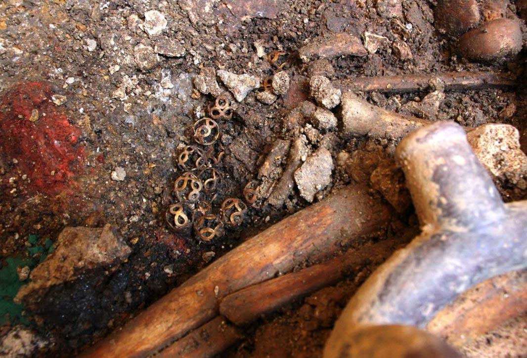 El collar de oro y algunos de los minerales depositados en la Tumba de los Sacerdotes de la Serpiente-Jaguar, en Pacopampa, Perú (Wilfredo Sandoval/El Comercio)