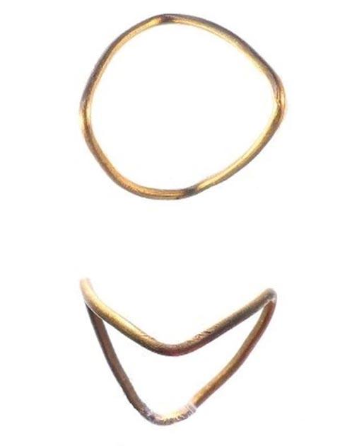 El anillo de oro de la Edad del Hierro desenterrado en Inglaterra. (Esquema de antigüedades portátiles del Museo Británico)
