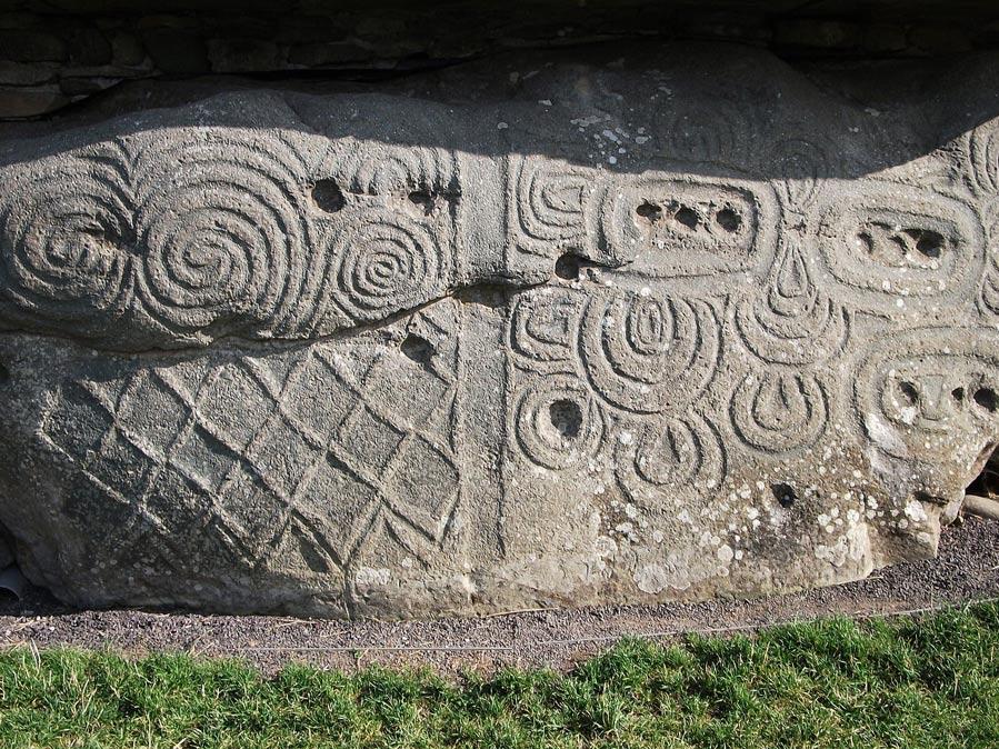 Grabados con espirales triples sobre las piedras de los muros de Newgrange (Fotografía: Johnbod/Wikimedia Commons)