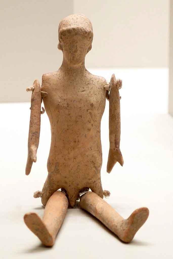 Una muñeca de arcilla griega antigua con partes del cuerpo en movimiento que ya es bastante sofisticada en comparación con las primeras muñecas. Este no está usando ropa, pero probablemente la última vez que se jugó con ella estaba vestida. (Getty Villa / CC BY-SA 2.0)