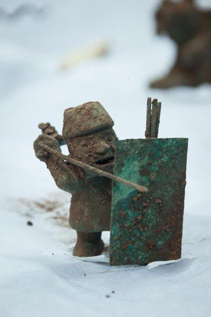 El guerrero portando una lanza y escudo. (DDC Cusco)