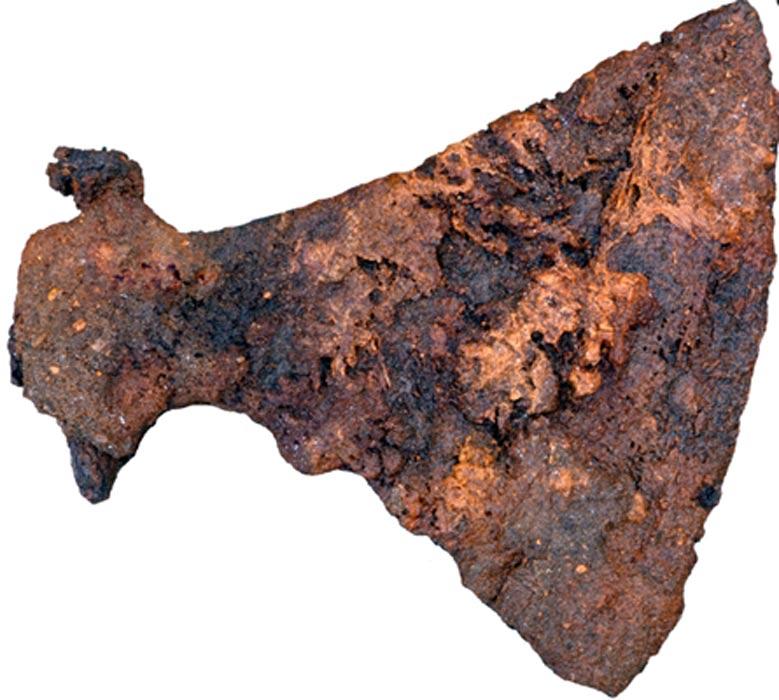 Los arqueólogos hallaron un hacha de gran tamaño enterrada como ajuar funerario en una de las tumbas (Fotografía: Museo de Silkeborg)
