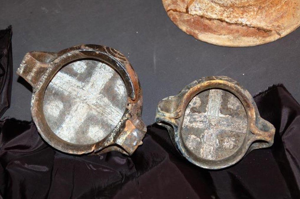 Dos de los objetos hallados en la tumba. (Viterbo Oggi)