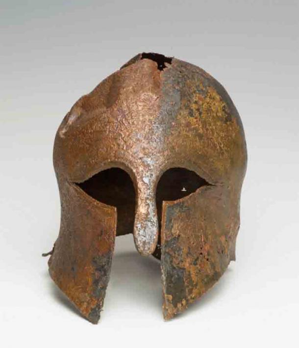 El casco corintio bien conservado que se encontró en el lecho marino del Mediterráneo en 2007, frente a la costa de Haifa, Israel. (IAA)