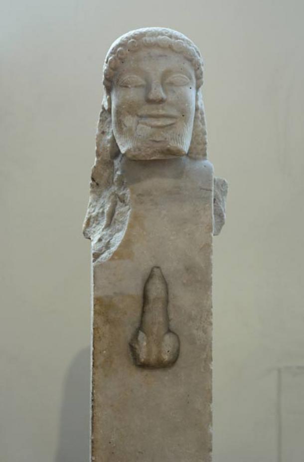 Herm se originó en la antigua Grecia. Un herm era una escultura de piedra con una cabeza (generalmente de Hermes) sobre un pilar rectangular, sobre el cual estaban tallados los genitales masculinos. Visto hoy como arte erótico clásico, el herm tenía un significado diferente en la antigüedad y se usaba como protección contra el mal. (Zde / CC BY-SA 3.0)