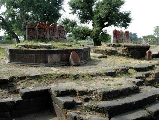 Cerca del laberinto de Gedimedu los arqueólogos han encontrado piedras de héroes como estas de Tirla