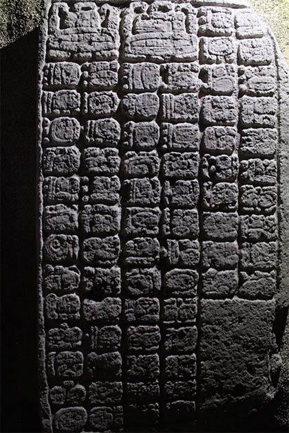 Inscripciones jeroglíficas encontradas en el sitio de una cancha de juego de pelota en el grupo de Navarrete. (Octavio Esparza Olguín)