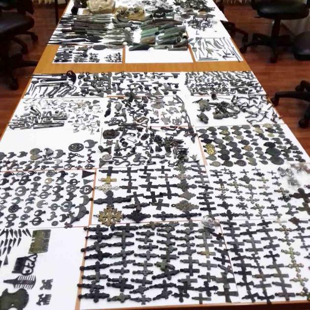 La enorme escala del tesoro, que suma más de 2000 artefactos serbios, es asombrosa. (Aduanas serbias)