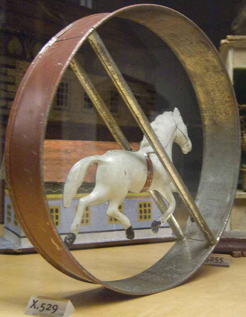 """Un aro de juguete con un caballo en el centro, 1870 d.C., que se podía rodar por la casa (si era lo suficientemente grande), por la acera o por el parque. (Participante de Wikipedia Loves Art """"The_Grotto"""" / CC BY-SA 2.5)"""