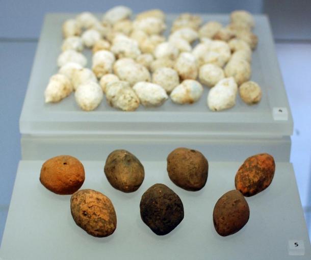 Proyectiles de arcilla para honda procedentes de Ardoch. Museo Nacional de Escocia, Edimburgo. (Ross Cowan / Flickr)
