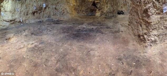 """La zona identificada como """"dormitorio"""" en la cueva catalana del Abric Romaní. Foto: Palmira Saladié/IPHES"""