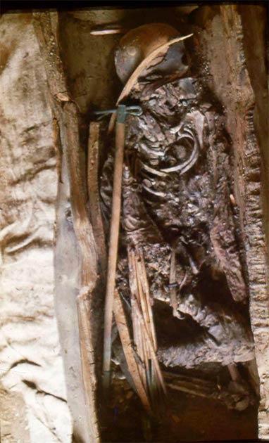 Esta niña escita fue enterrada con un conjunto completo de armas: un hacha, un arco de un metro hecho de abedul y un carcaj con diez flechas de unos 70 centímetros de largo. (Imagen: Vladimir Semyonov)