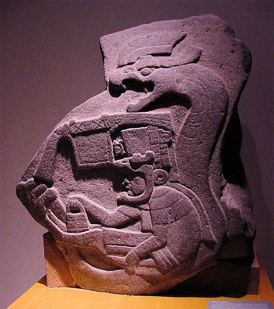 Una foto de La Venta Stela 19, la primera representación conocida de la Serpiente Emplumada en Mesoamérica. (Audrey y George Delange)