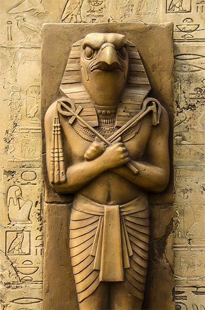 Estatua de un faraón como manifestación terrenal de Horus (GreenLaurel / Adobe Stock)