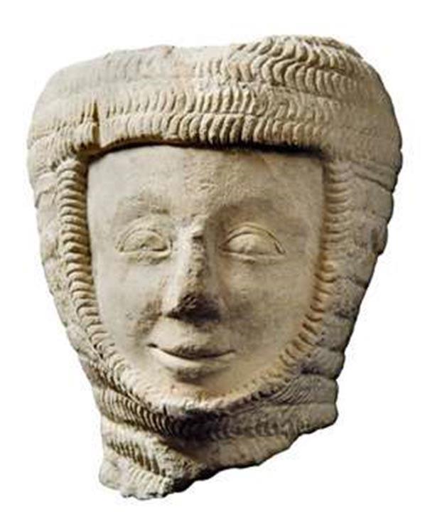Foto de una cabeza de piedra encontrada en el Priorato de Thetford y que se cree que proviene de la tumba original de Roger Bigod. (Público Dominio)