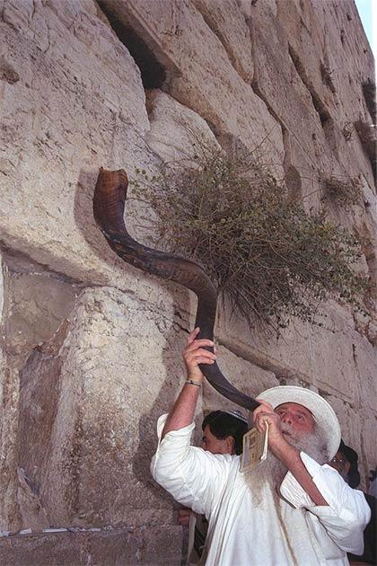 Tocando el shofar en el Muro Occidental de Jerusalén durante la víspera de Rosh Hashaná. (Oficina de Prensa del Gobierno (Israel / CC BY-SA 3.0)