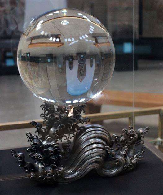 La bola de cristal china emperatriz viuda en su base de ondas japonesas de metal, como se exhibió en el Museo Penn, antes de ser robada. (Miguel Hermoso Cuesta / CC BY-SA 4.0)