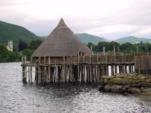 """Un """"crannog"""" reconstruido cerca de Kenmore, Perth y Kinross, sobre las aguas del Loch Tay, en Escocia (Wikimedia Commons)"""