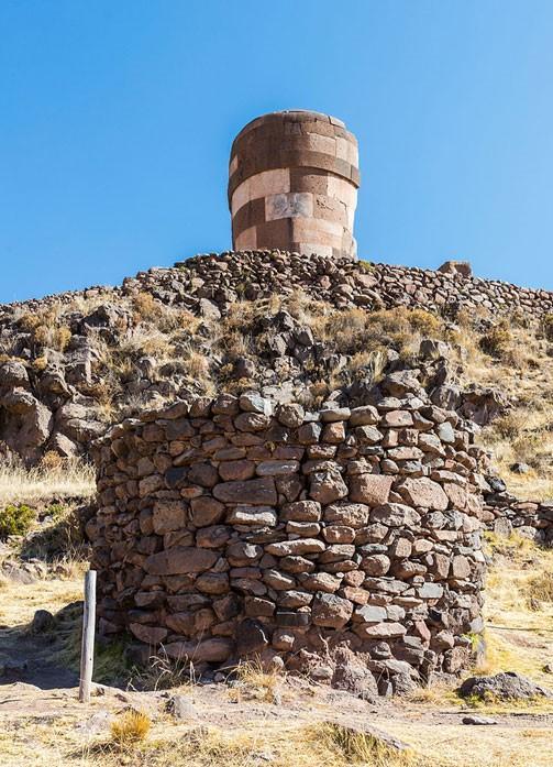 Torre de entierro inca de calidad obviamente inferior a la chullpa más antigua y avanzada. (Foto: Diego Delso, Wikimedia Commons, Licencia CC-BY-SA 4.0)