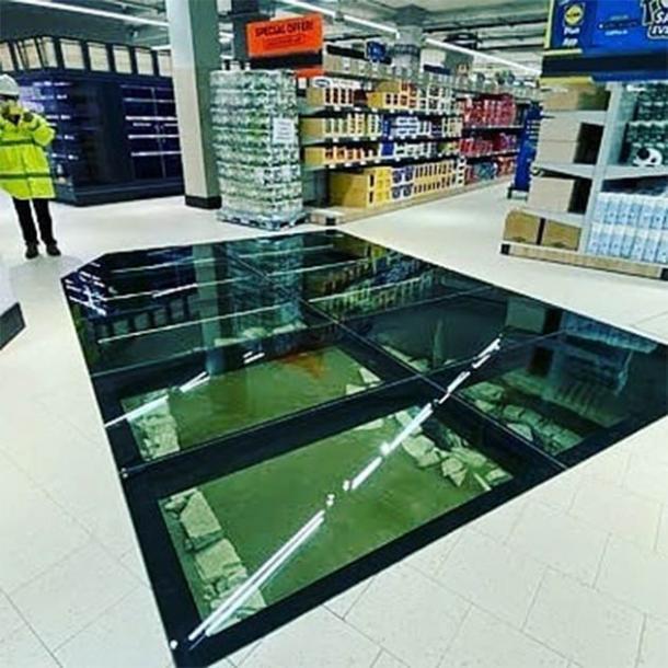 El suelo de cristal completado y la estructura debajo hiberno-nórdico en el nuevo supermercado Lidl en el centro de Dublín, Irlanda diseñados por el irlandés Arqueológico Consultancy Ltd . (Andrew Finney)
