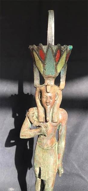 Una estatua del dios Nefertem encontrada con ataúdes de madera en las tumbas de Saqqara. (Ministerio de Turismo y Antigüedades de Egipto)
