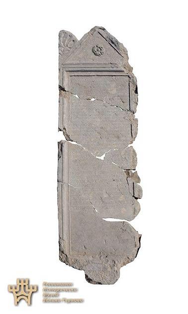 Los fragmentos de la estela rota antes de volverlos a montar. (Museo Regional de Historia-Veliko Tarnovo)