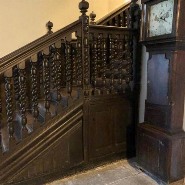 La escalera bajo la cual la pareja que vivía en la casa medieval encontró la guarida de la brujería galesa. (Consejo del condado de Kerrie Jackson / Denbighshire)