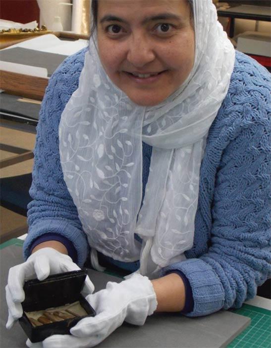 El asistente curatorial, Abeer Eladany, pasó diez años trabajando en el Museo Egipcio de El Cairo antes de llegar a la Universidad de Aberdeen. Descubrió la reliquia de la pirámide, formada por fragmentos de madera de cedro, dentro de una caja de puros. (Universidad de Aberdeen)