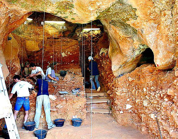 Investigadores del equipo científico de Atapuerca en pleno trabajo de campo (Wikimedia Commons)