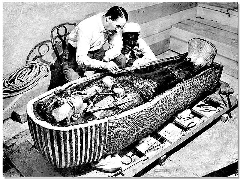 Howard Carter estudiando la momia de Tutankamón tras el descubrimiento de su tumba en Luxor, en 1922. (Wikimedia Commons)