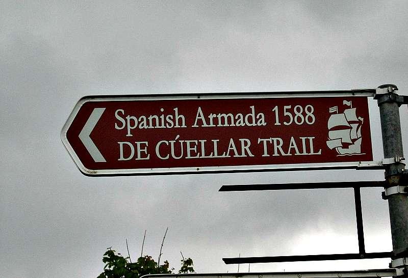 """Cartel indicador de """"La Senda de De Cuéllar"""", popular ruta turística en la actualidad. Esta señal en concreto se encuentra en Grange, junto a la playa de Streedagh, en la isla de Irlanda (Wikimedia Commons)"""