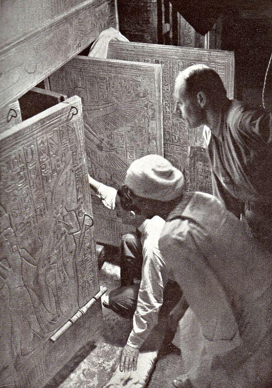Momento en que Howard Carter y sus colaboradores abren por vez primera las puertas de acceso a la cámara funeraria del faraón Tutankamón. Las primeras pruebas realizadas por Nicholas Reeves sobre los muros de la tumba de Tutankamón han revelado marcas y arañazos en ambos muros, similares a los que fueron hallados en la propia puerta de la tumba de Tutankamón. (Wikimedia Commons)
