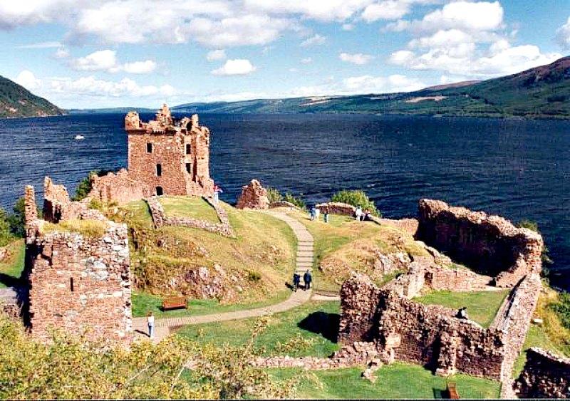 Vista panorámica de las ruinas del castillo, con la Gran Torre al fondo y, tras ella, las oscuras y misteriosas aguas del Lago Ness. (Paul Allison/ CC BY-SA 2.0)