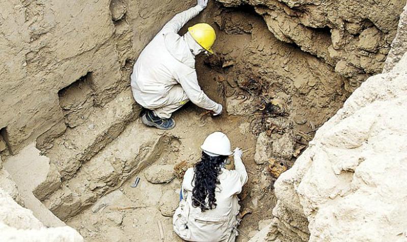 Los arqueólogos trabajando en las cámaras funerarias. (Fotografía: La República)