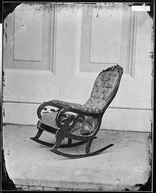 Los artefactos relacionados con Abraham Lincoln han sido importantes para los coleccionistas desde su muerte. En 2015, un año en el que se cumplieron 150 años desde su asesinato, hubo una oleada de actividad con los museos de América del Norte que exhibían artefactos de formas nuevas e interesantes. En la imagen podemos ver la silla en la que estaba sentado el presidente Lincoln cuando le dispararon en el Teatro Ford en 1865. (Dominio público)