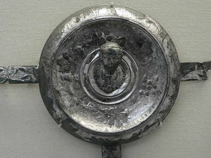 Falera romana de Plinio el Viejo con la siguiente inscripción realizada a base de puntos perforados-PLINIO PRAEF EQ. (Public Domain)