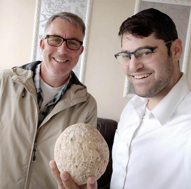 El ciudadano (lado derecho) que devolvió la piedra balista de 2000 años a la Autoridad de Antigüedades de Israel, que se llevó sin permiso hace 15 años de la Ciudad de David. Fuente: Autoridad de Antigüedades de Israel