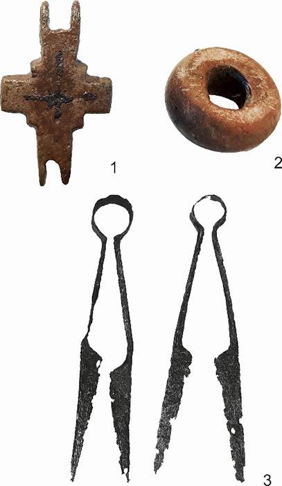 En el emplazamiento polaco de Poniaty Wielkie se desenterraron aretes de aro de oro, espuelas doradas y otros objetos medievales decorativos de metal. (PAP)