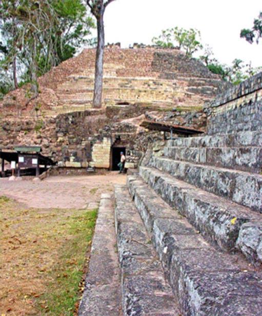 Mirando hacia el Templo 16 y la entrada del túnel que va debajo del Templo de Rosalila. (Artix Kreiger 2 / CC BY-SA 2.0)