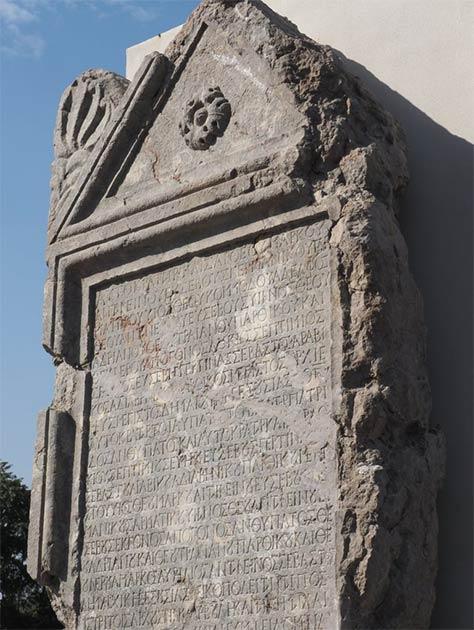 La estela reconstruida y la inscripción romana que habla de sobornos y mentiras políticas. (Museo Regional de Historia-Veliko Tarnovo)