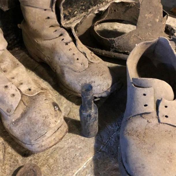 Los zapatos y la botella de brujas que atrapa a las brujas y demonios que se encuentran debajo de la escalera en la casa de los galeses. (Consejo del condado de Kerrie Jackson / Denbighshire)