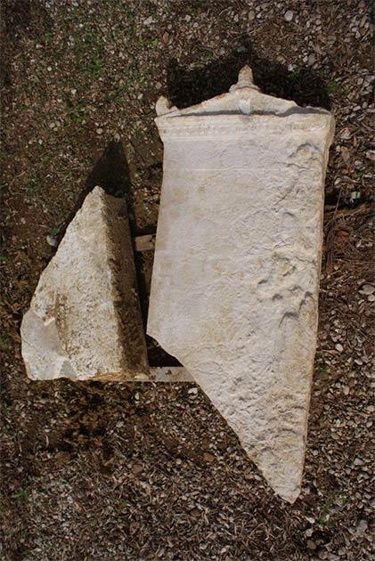 Los arqueólogos también descubrieron una estela funeraria de mármol blanco dentro de la necrópolis de Elis. Ojalá puedan descifrar su inscripción. (Eforato de Antigüedades de Ilia / Ministerio de Cultura y Deportes de Grecia)