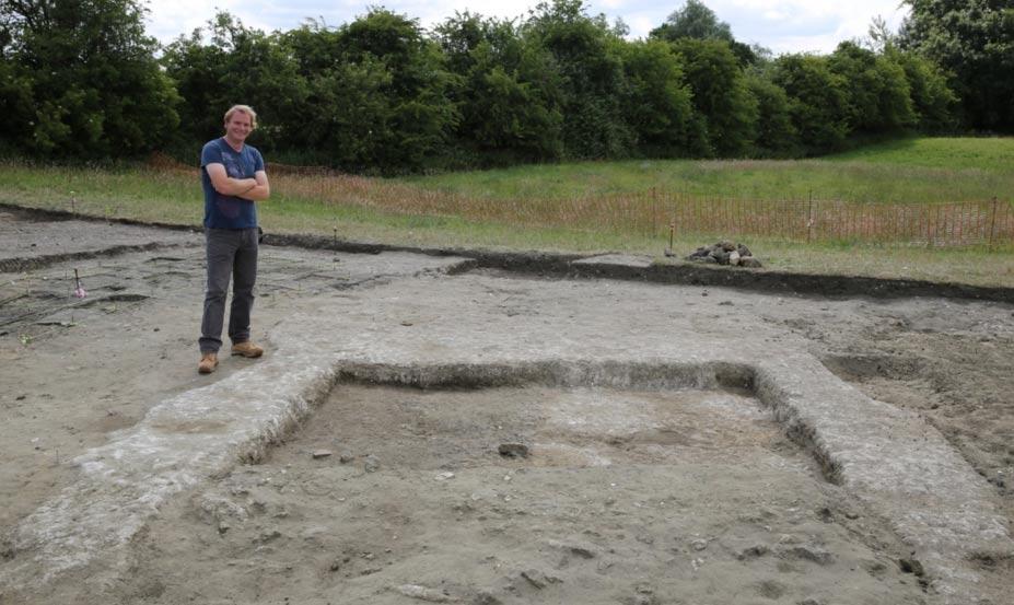 Jim Leary, arqueólogo jefe, con los restos de los muros y el suelo de la antigua vivienda descubierta en Marden Henge (Universidad de Reading)